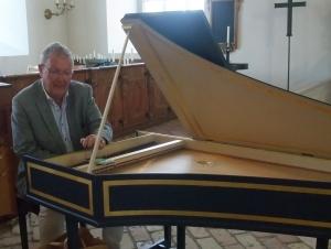 Björn Gäfvert vid cembalon 150809