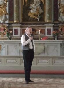 Mark Fahlsjö berättar efter konserten i Lövstabruks kyrka - Foto: Lars Ekholm