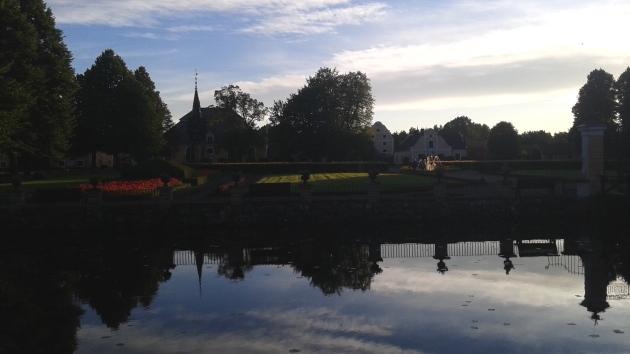 Herrgårdsparken i augusti. I bakgrunden kyrkan med klockstapel, Stora Magasinet och Värdshuset. - Foto Gunnar Larsson.