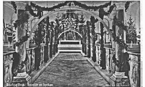 La chapelle décorée pour Noël d'arceaux de lumière et de guirlandes. Photo : Archives de la Forge de Lövsta.