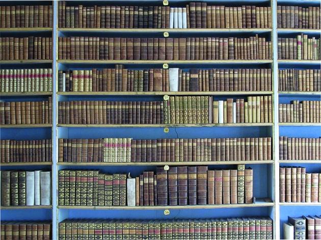 Eine Reihe schöner Einbände von in erster Linie französischsprachiger  Literatur. foto: Erik Hamberg, 2017.