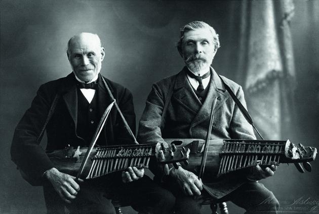 Les musiciens Vilhelm Tegenborg et Jan Erik Jansson avec leurs nyckelharpas. photo: Musée d'Uppland.